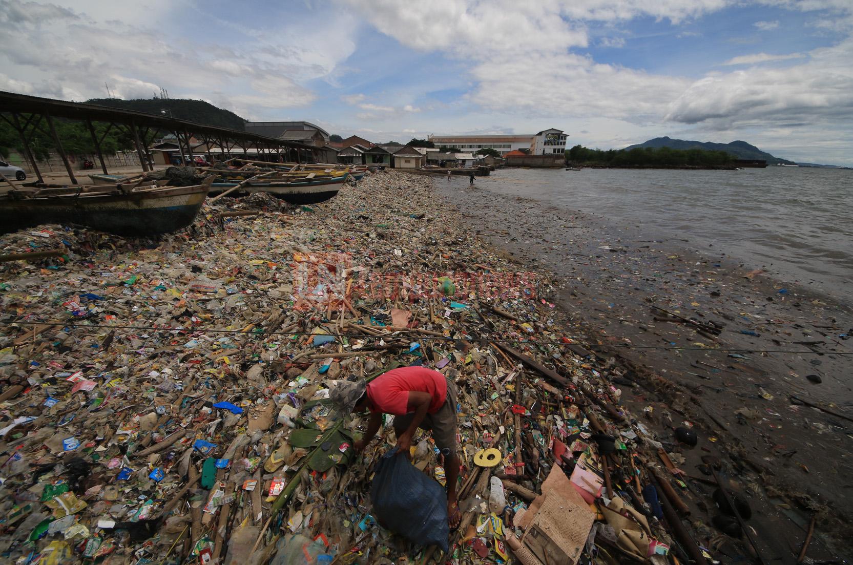 Akibat cuaca ekstrem yang masih terus terjadi, nelayan payang mengaku terus mengalami kerugian tangkapan ikan sejak Sabtu (2/12). Sudah beberapa hari para nelayang yang menjaring ikan di Pantai Sukaraja ini hanya mendapatkan penghasilan Rp 15 ribu per hari dari Rp 300 ribu per harinya. (Lampungnews.com/El Shinta)