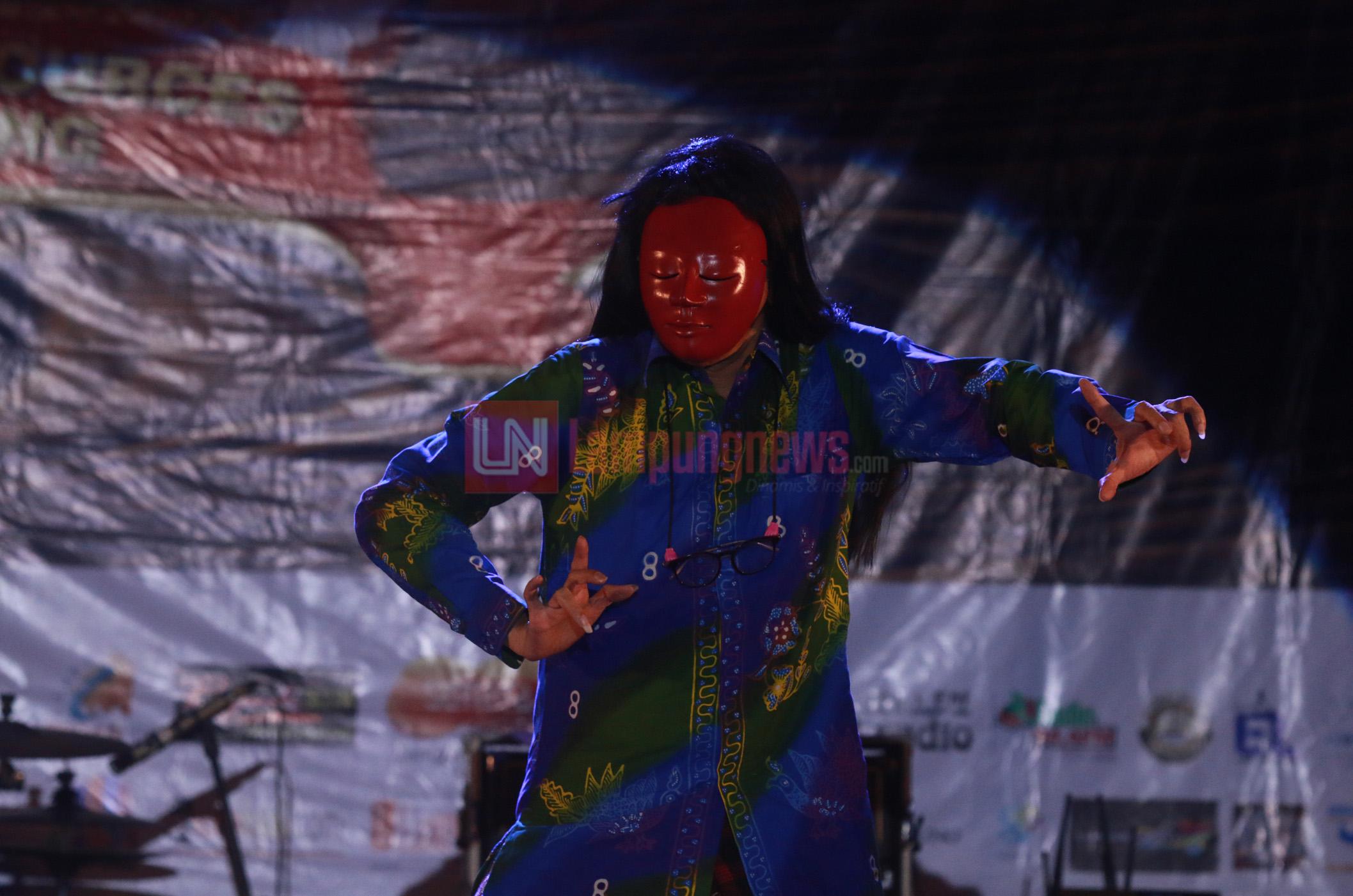 Aksi seniman Indonesia Didi Nini Thowok yang menunjukkan koleksi topeng dan tarian topeng khas miliknya di acara kebudayaan Care Of Lampung di GSG Unila, Jumat (12/1). Selain penampilan Didi, acara yang diselenggarakan Prodi Seni Tari Unila ini turut menampilkan tarian dan musik serta parade budaya tentang Lampung. (Lampungnews.com/El Shinta)