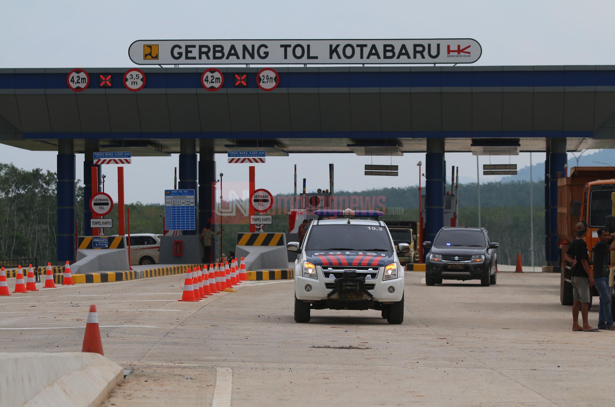 Jajaran Polres Lampung Selatan meninjau lokasi titik kunjungan Presiden RI Joko Widodo di Seksi 2 Gerbang Tol Kotabaru, Jumat (19/1). Rencananya presiden akan meresmikan Seksi 1 Bakauheni Selatan (Pelabuhan)-Bakauheni Utara (Desa Hatta) sepanjang 8,9 km dan Seksi 2 Lematang (Ir. Sutami) - Kotabaru (Itera) sepanjang 5 km pada Minggu (21/1). (Lampungnews.com/El Shinta)