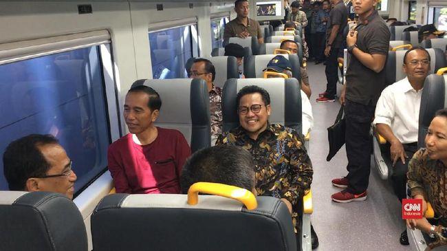 Presiden Jokowi (kiri) dan Ketua Umum PKB Muhaimin Iskandar (tengah) duduk berdampingan dalam KA BAndara Soetta, Selasa (1/2). Jokowi menyebut, wacana pen-cawapres-an Muhaimin sebagai hal yang bagus. (Foto: CNN Indonesia/Christie Stefanie)