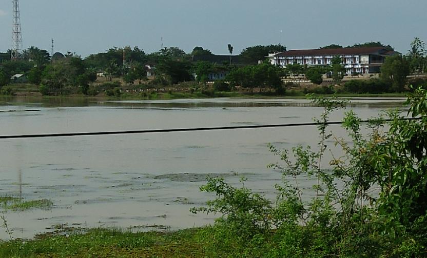 Sungai Way Tulangbawang mulai meluap
