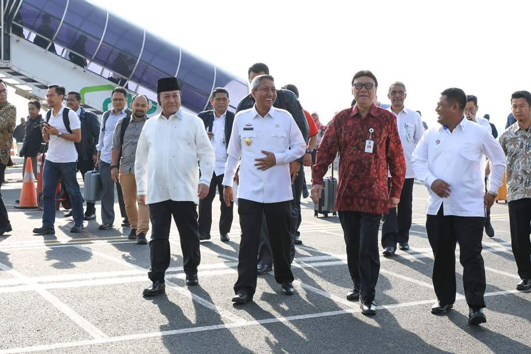 Pjs Gubernur Lampung dan Bupati Lampung Selatan Zainudin Hasan menyambut kedatangan Mendagri Tjahjo Kumolo di Bandara Radin Inten II, Rabu (11/4). (Kominfo Ls)
