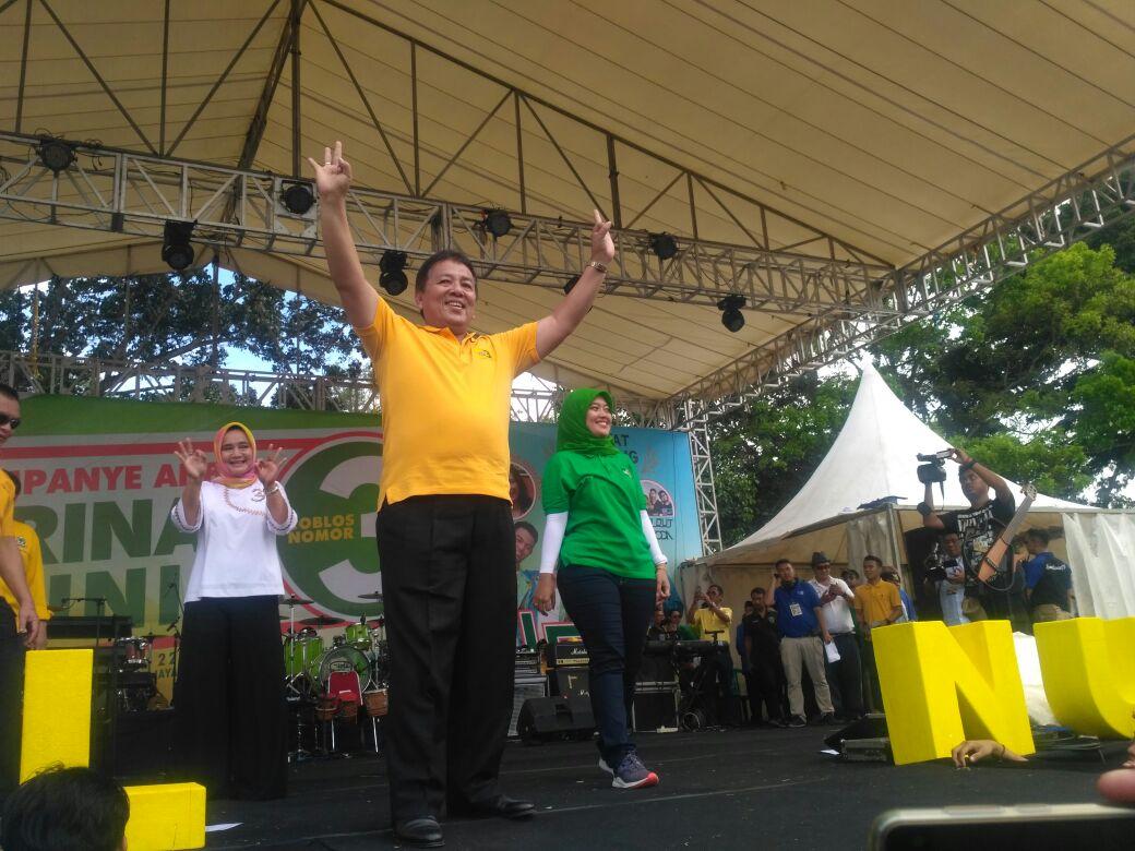 Arinal menyapa simpatisan saat kampanye akbar di Bandar Jaya. (Davit)