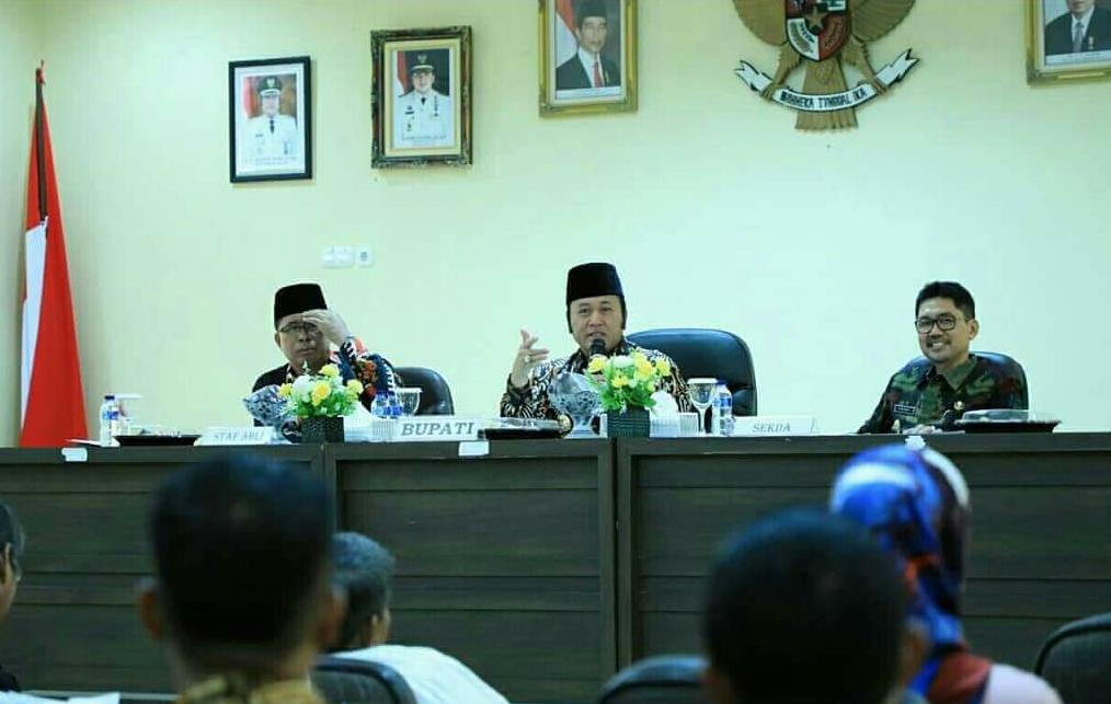 Bupati Lampung Selatan, Zainudin Hasan saat memimpin rapat, (Kominfo LS)
