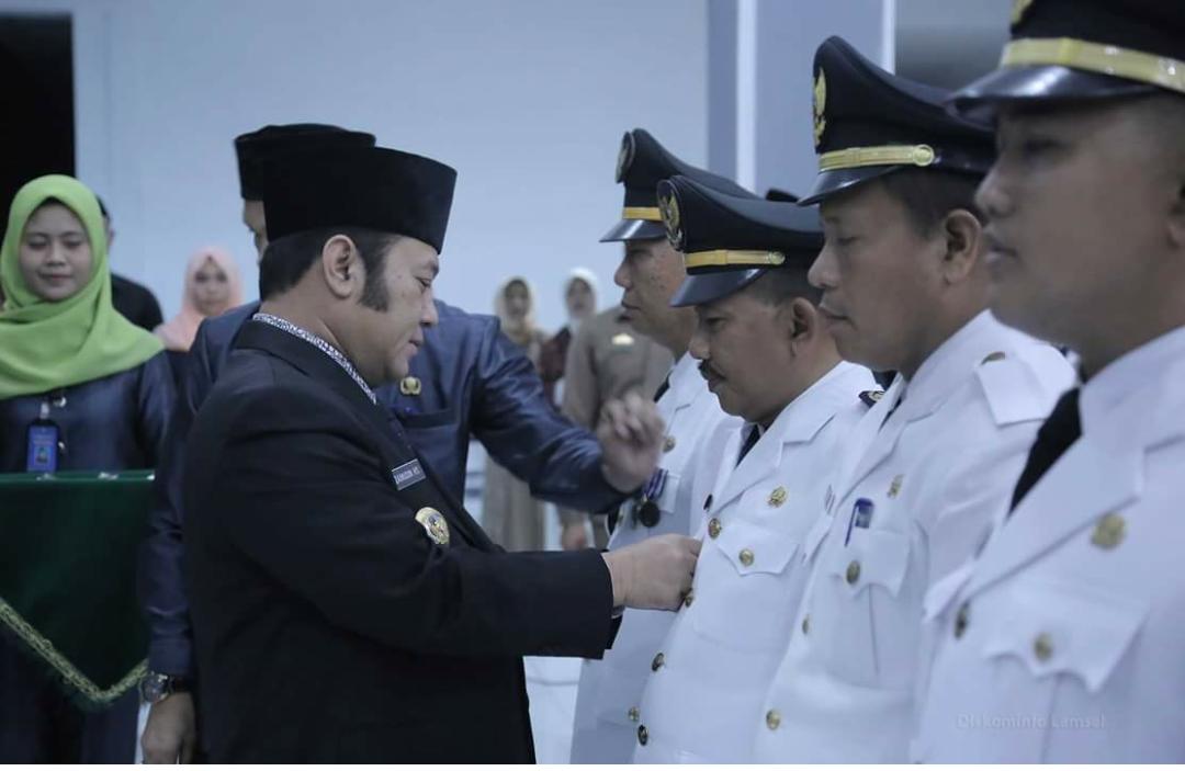 Bupati Lamsel Zainudin Hasan melantik pejabat (Diskominfo Lamsel)