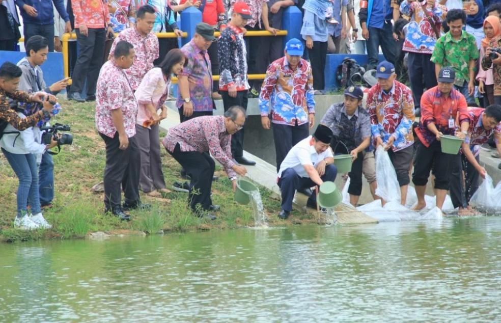 Kunjungi Itera, Herman HN Tebar Benih Ikan dan Tanam Bibit Pohon