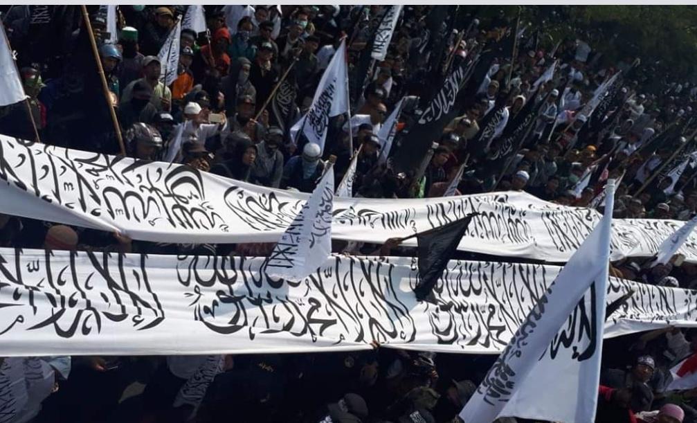 Aksi Protes Ribuan Massa Terhadap Pembakaran Bendera Tauhid di Solo ( Burhan Shadiq)
