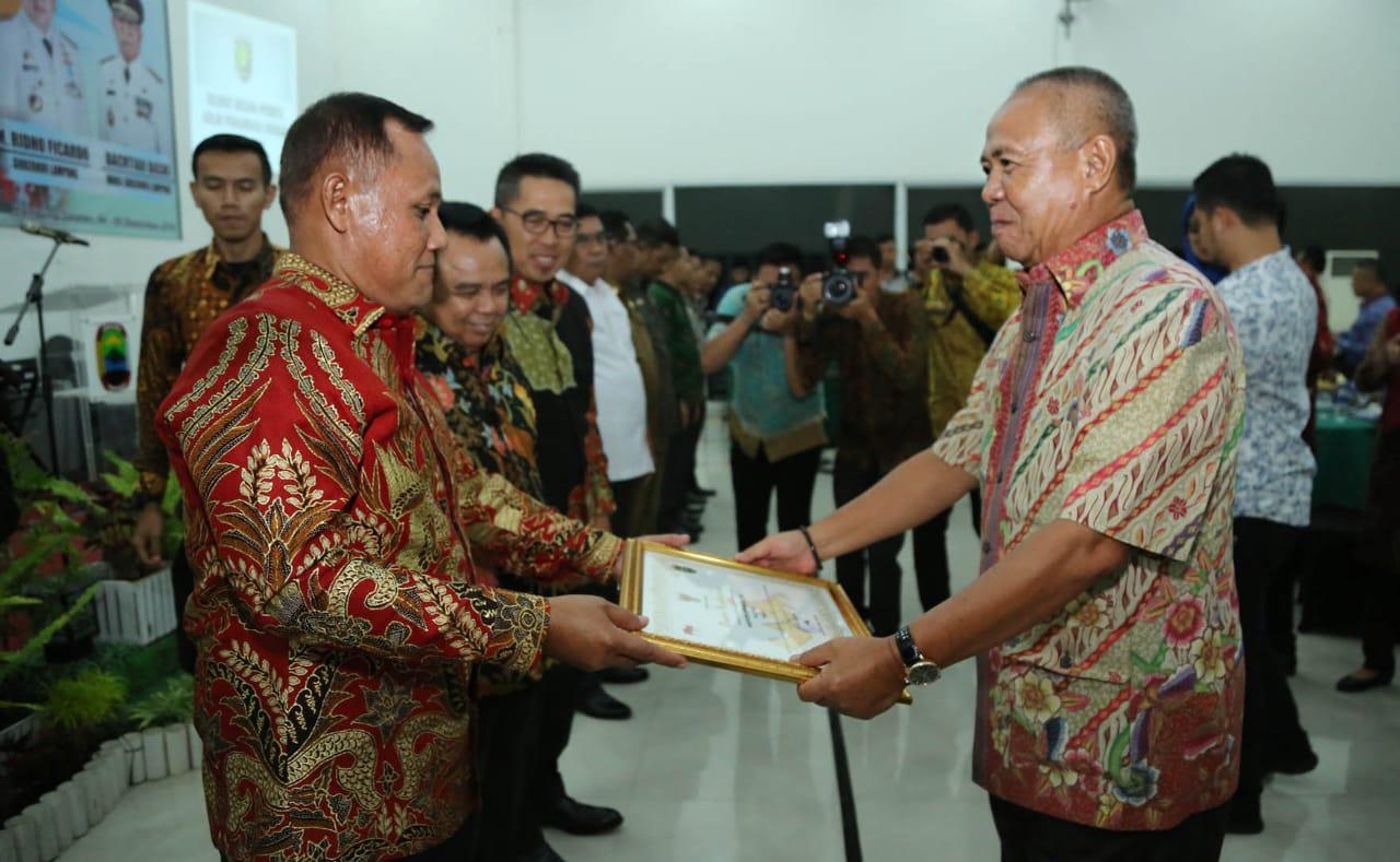 Plt Bupati Lamsel Nanang Ermanto menerima penghargaan yang diberikan Wagub Lampung Bachtiar Basri (Kmf)