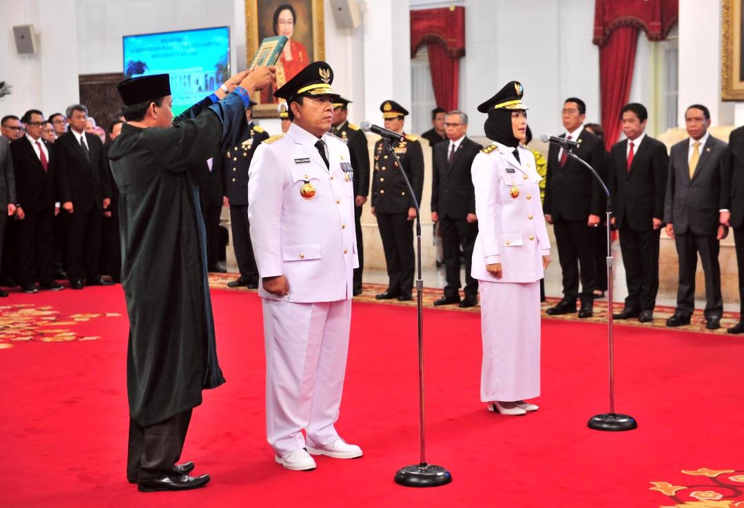 Arinal Djunaidi dan Chusnunia Chalim diambil sumpah saat dilantik sebagai Gubernur dan Wagub oleh Presiden Jokowi, di Isneg, Jakarta, Rabu (12/6) siang. (Foto: Jay/Humas Setkab)